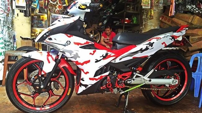 20160714 yamaha exciter 150 phong cach camo hang doc tai vn 1 Ngắm Exciter 150 độ phong cách xe đua của biker Sài Gòn